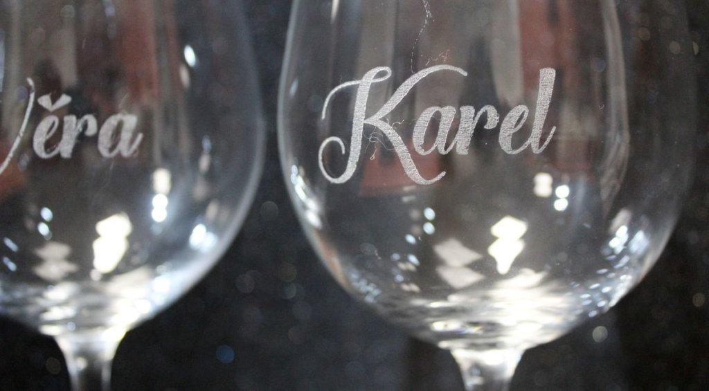 Gravírování jmen na skleničky
